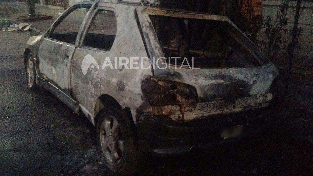 Auto quemado en el sur de la ciudad