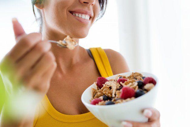 Saltarse comidas ayuda a adelgazar