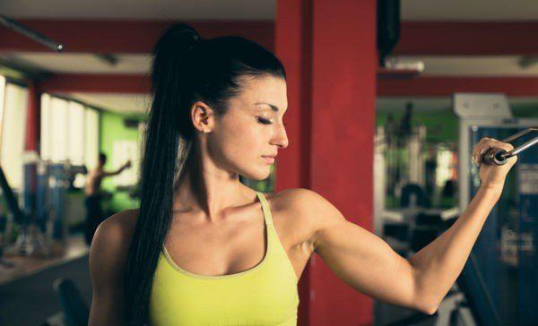 Dile adiós a los brazos gordos con estos ejercicios