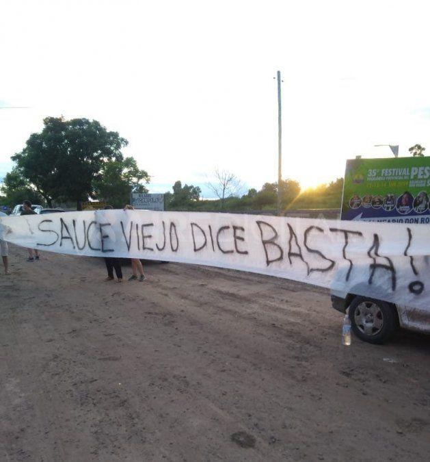 Vecinos de Sauce Viejo se manifestaron en el ingreso al Festival del Pescador