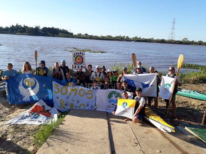 Remada colectiva para concientizar sobre la contaminación en los ríos