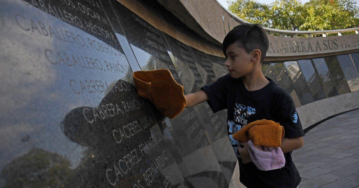 """Tiene 9 años y fue declarado """"ciudadano distinguido"""" por limpiar placas de Malvinas"""