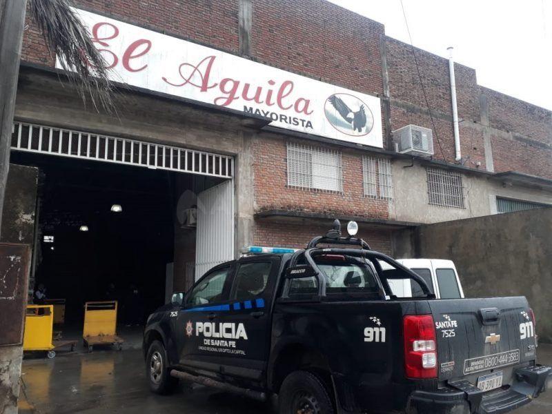 Tres hombres armados a bordo de una camioneta asaltaron una distribuidora
