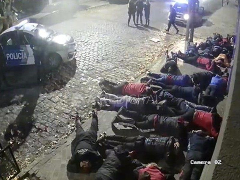 Así detuvieron a los hinchas de ColónVarios detenidos por incidentes durante el partido entre Colón y Acassuso