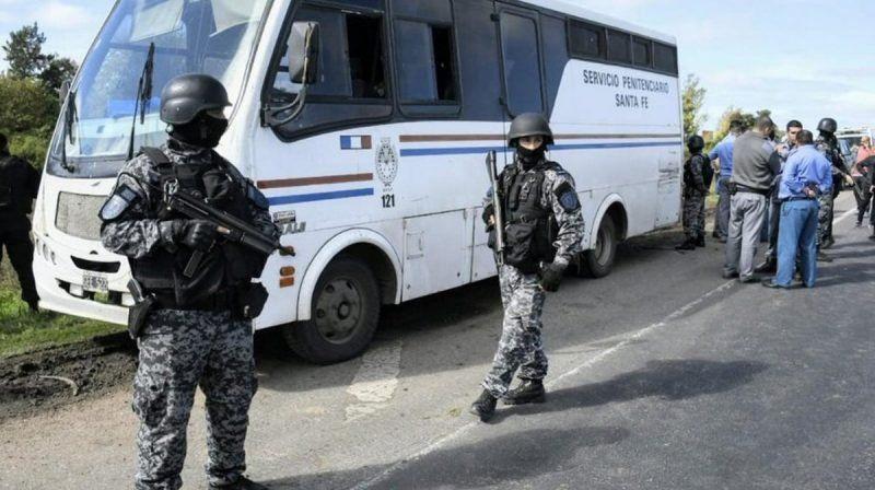 Fuga en autopista: aseguran que los presos tenían copia de la llave de las esposas
