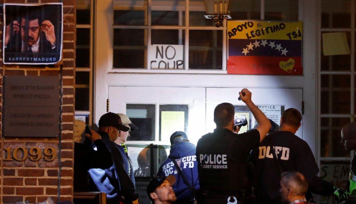 Policía de EE.UU. intenta desalojar la embajada de Venezuela ocupada por chavistas
