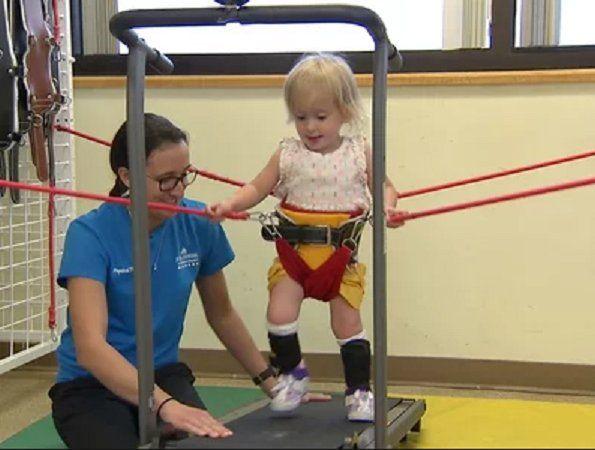 """Los médicos dijeron que estaría paralizada pero logra caminar gracias a """"Baby Shark"""""""