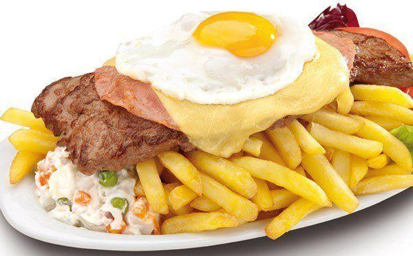 El chivito, una comida típica uruguaya iniciada por un argentino