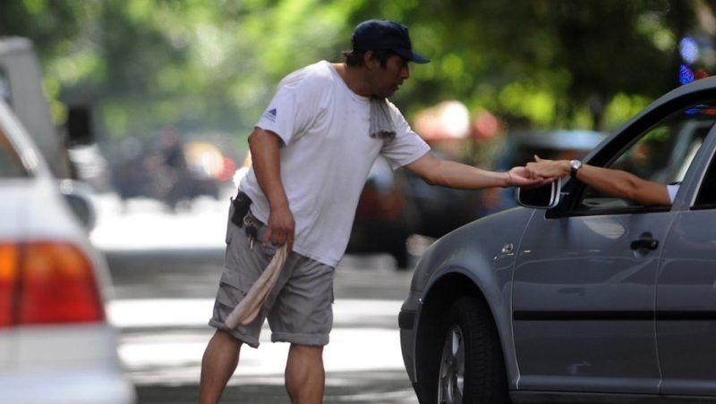 """Una ordenanza para regular a """"los trapitos"""" en las zonas sin estacionamiento medido"""