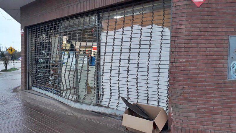 Chocó el frente de un negocio en Blas Parera y se fugó