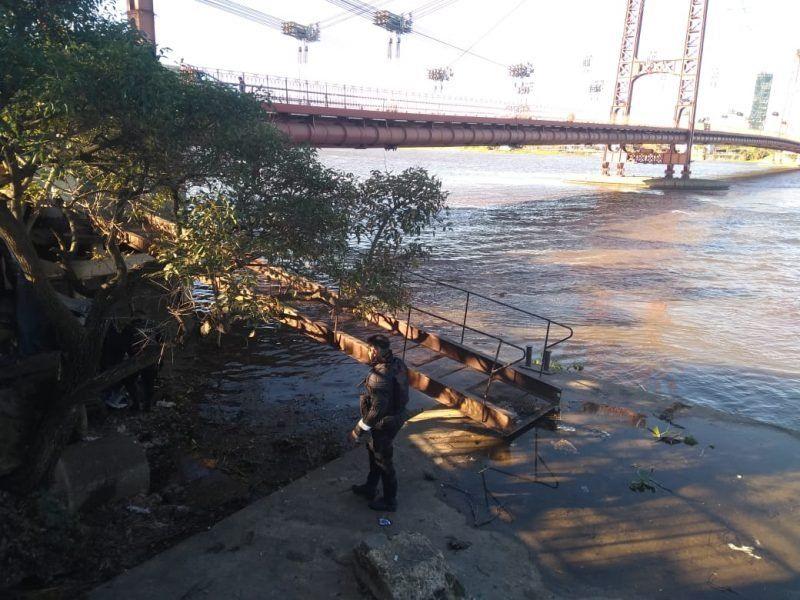 Robó, lo persiguieron y escapó tirándose al agua desde el Puente Colgante