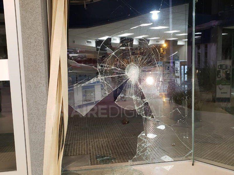 En menos de dos minutos destrozaron y robaron el local de Electricidad DER