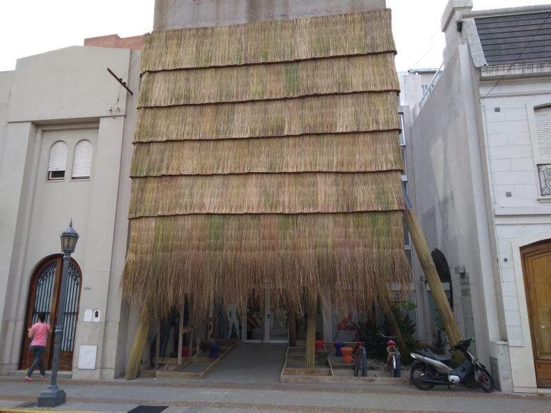 """La fachada del Colegio de Arquitectos ya tiene pinta de rancho """"chamamecero"""""""
