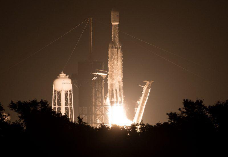 El Falcon Heavy despegó con 24 satélites y las cenizas de 152 personas