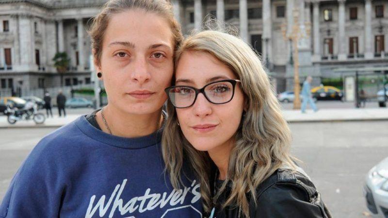 El viernes dan el fallo a la mujer que besaba a su esposa y fumaba en la estación Constitución