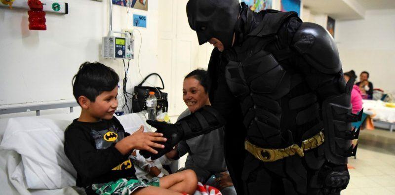 """Los superhéroes sí existen: """"Batman Solidario"""" visita y ayuda a los niños en el hospital de La Plata"""