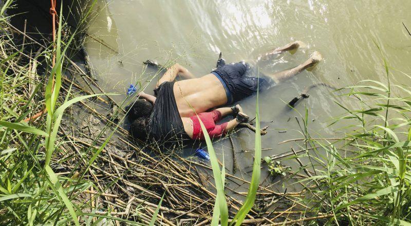La devastadora foto de un padre y una hija ahogados que ilustra el drama migratorio