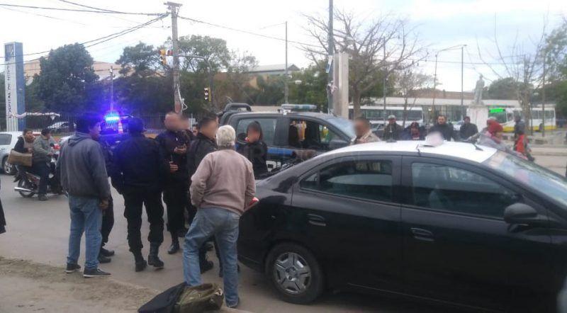 En un confuso episodio, una pareja robó en una peluquería y se fugó en taxi