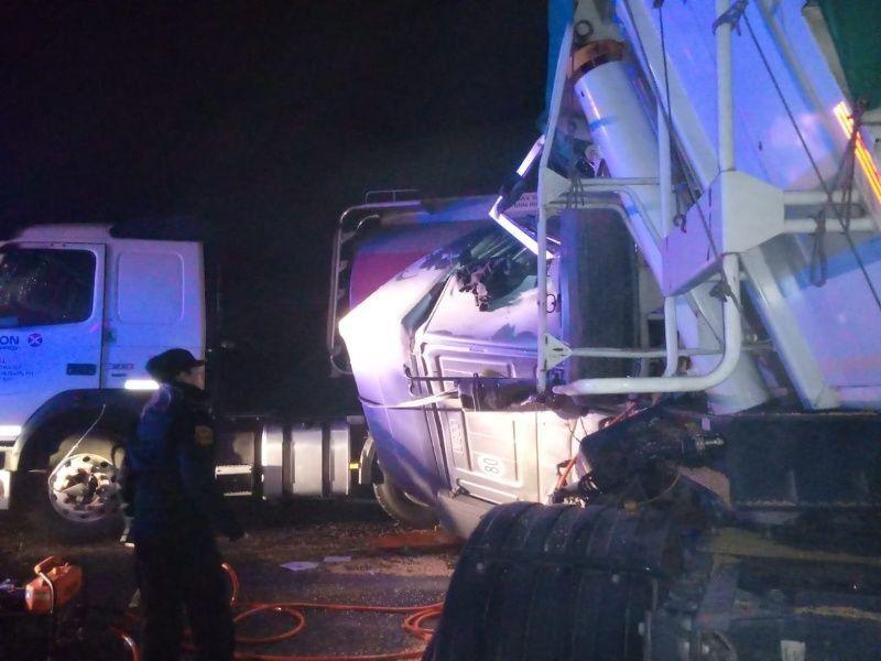 Accidente: tres camiones y dos autos chocaron esta madrugada en la autopista