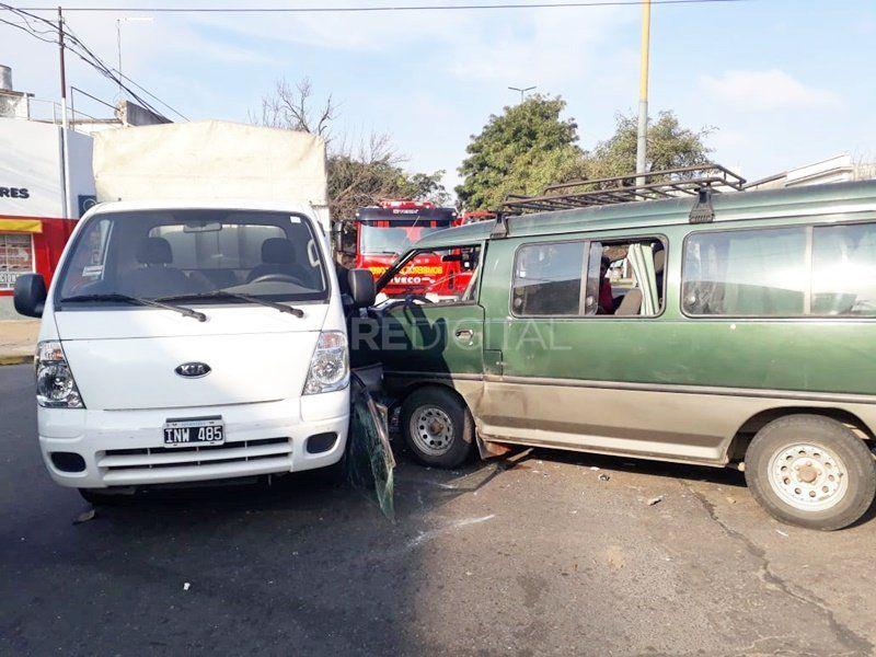 Impactante choque entre dos camionetas en avenida Aristóbulo del Valle