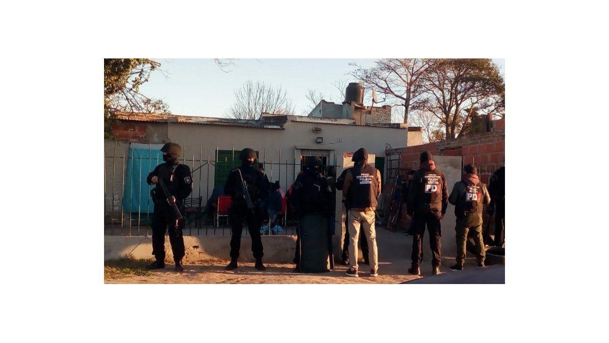 Allanaron una vivienda en Villa Adelina y encontraron un kiosco de drogas - Aire de Santa Fe - La Gran Radio
