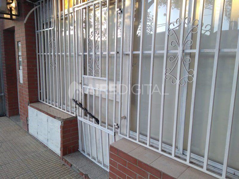 Rompieron la puerta, intentaron robar en una peluquería de barrio Los Hornos y terminaron detenidos
