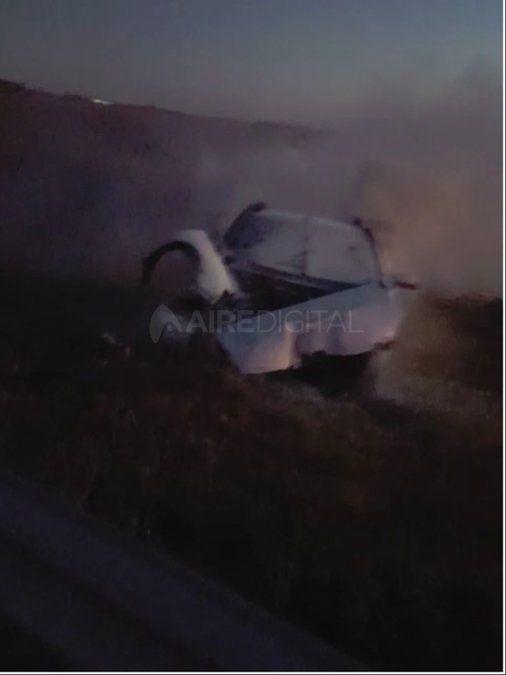 Tres muertos en un choque en ruta 19: un auto impactó contra una columna y se prendió fuego