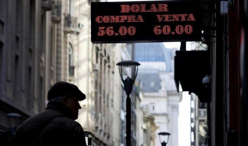 Los mercados, tras los anuncios: el dólar siguió en alza, cerró en $62,18 y se disparó el riesgo país