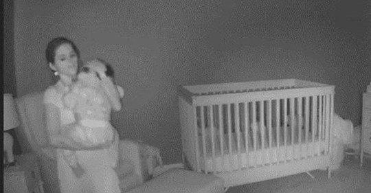 Quiso acostar al bebé en la cuna, pero… cometió un pequeño error y es viral