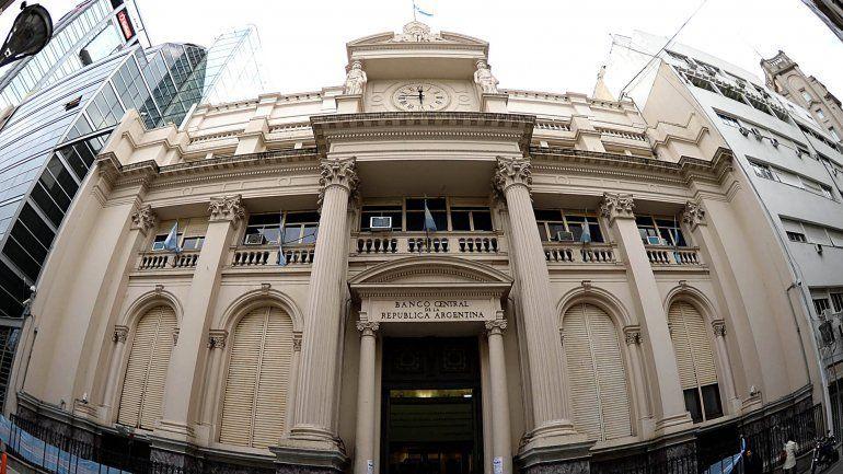 Primer test del mercado para Lacunza: el dólar bajó y terminó en $57,38