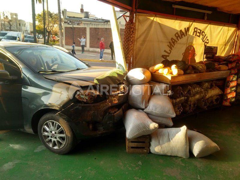 Dos autos chocaron y uno de ellos se incrustó contra un local