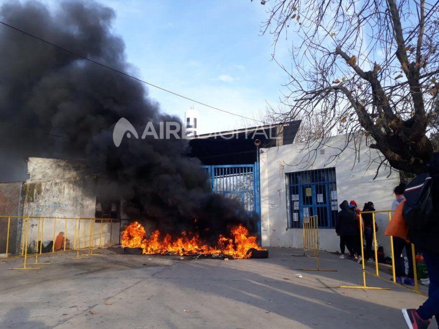 Protestas de familiares en las cárceles de las Flores y Coronda por la modalidad de las visitas