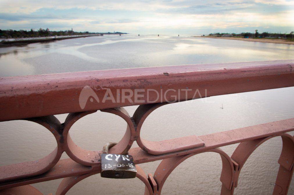 """¿El sueño de un lazo de hierro? Ya hay 43 """"candados del amor"""" en el Puente Colgante"""