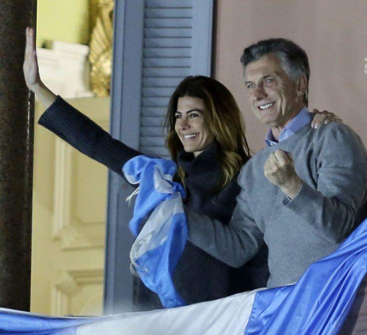 Desde el balcón de la Casa Rosada, Macri saludó y agradeció la movilización en apoyo a su reelección