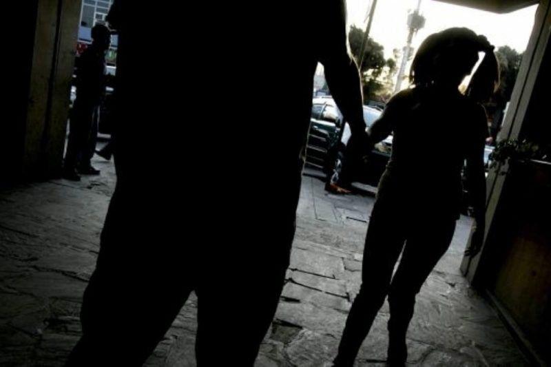 Una joven grabó el momento en que un profesor la abusaba en el auto