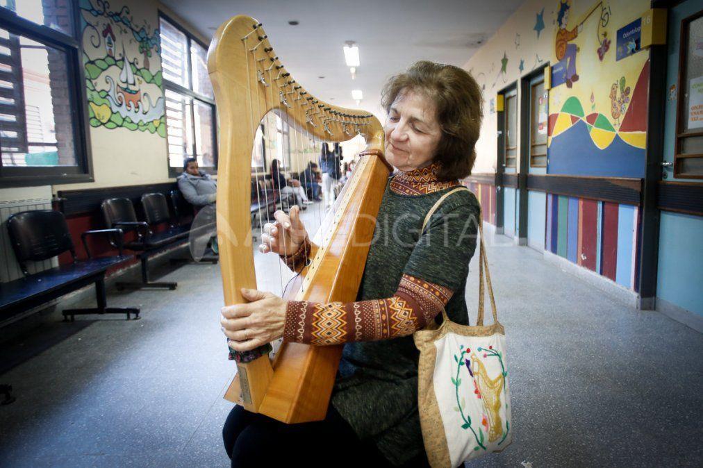 Emilia, la arpista que con su música contiene y alegra a los chicos del Hospital Alassia