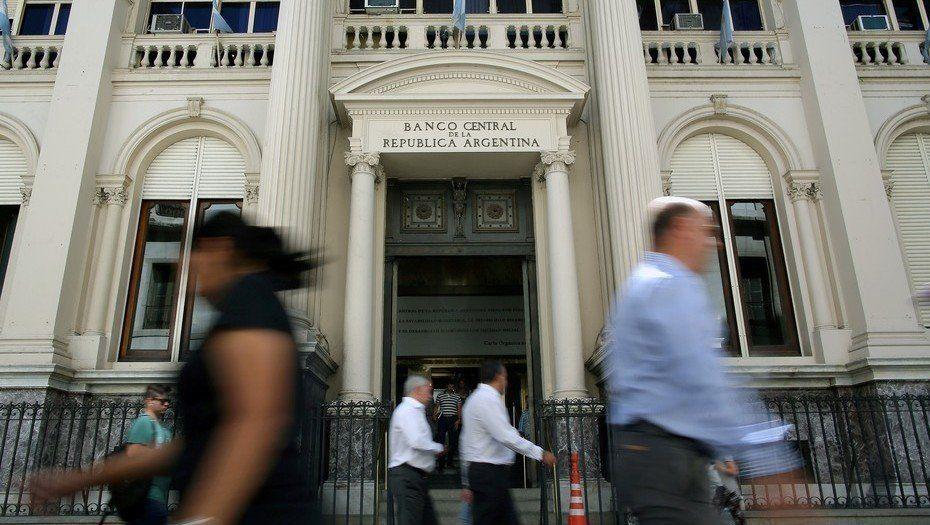 El BCRA flexibiliza meta de la base monetaria y sube piso de la tasa a 78%
