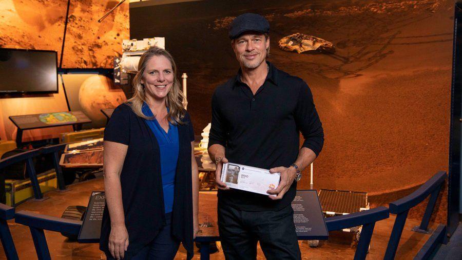 ¡Enviá tu nombre a Marte! Brad Pitt sacó su tarjeta de embarque, a diez días del cierre de inscripciones