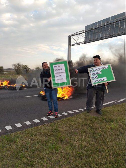 Los municipales de Coronda cortaron la autopista Santa Fe – Rosario para reclamar el pago de sus salarios