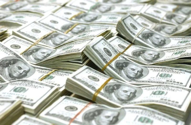 En un mes, los argentinos retiraron casi 10.000 millones de dólares de los bancos