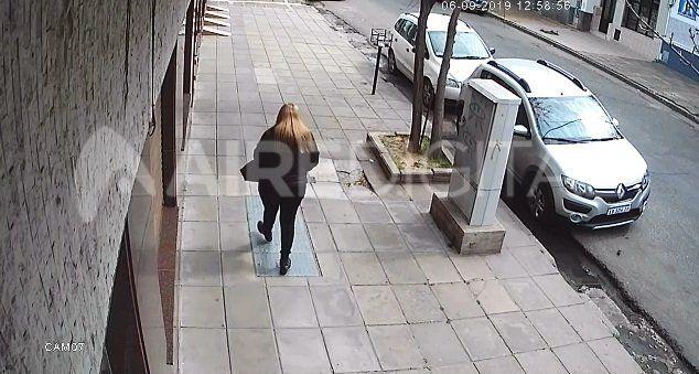Mirá cómo le robaron la cartera a esta mujer a la siesta en pleno centro de Santa Fe