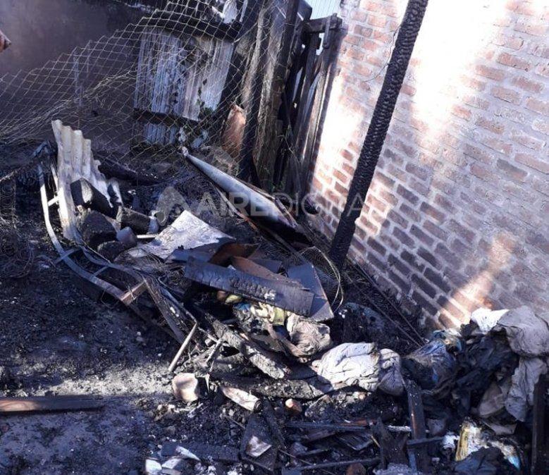 Estaba cocinando, se produjo una pérdida de gas y murió quemado dentro de su vivienda