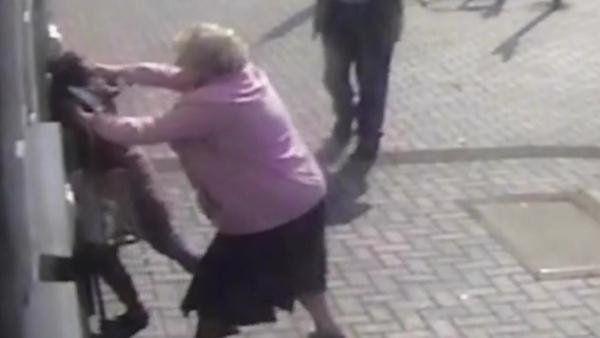 Una abuela golpeó a una ladrona que quiso robarle al salir del cajero