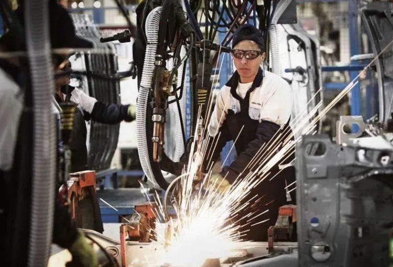 En agosto, la actividad industrial se derrumbó 6,4% y suma 16 meses consecutivos de baja