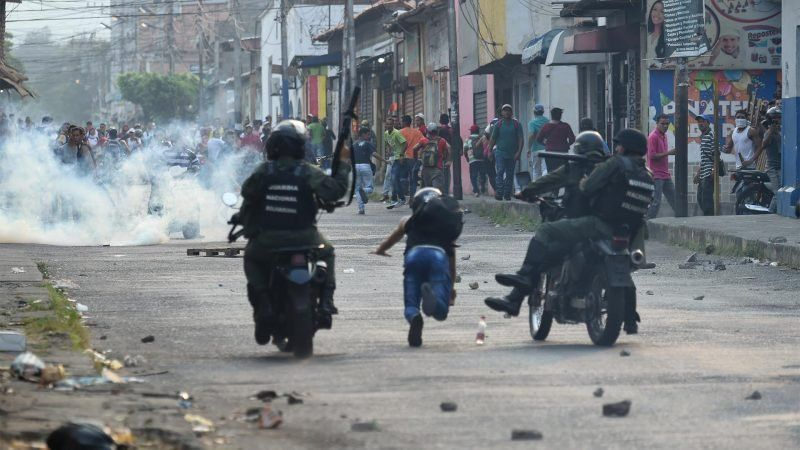 Cinco muertos y camiones incendiados en Venezuela
