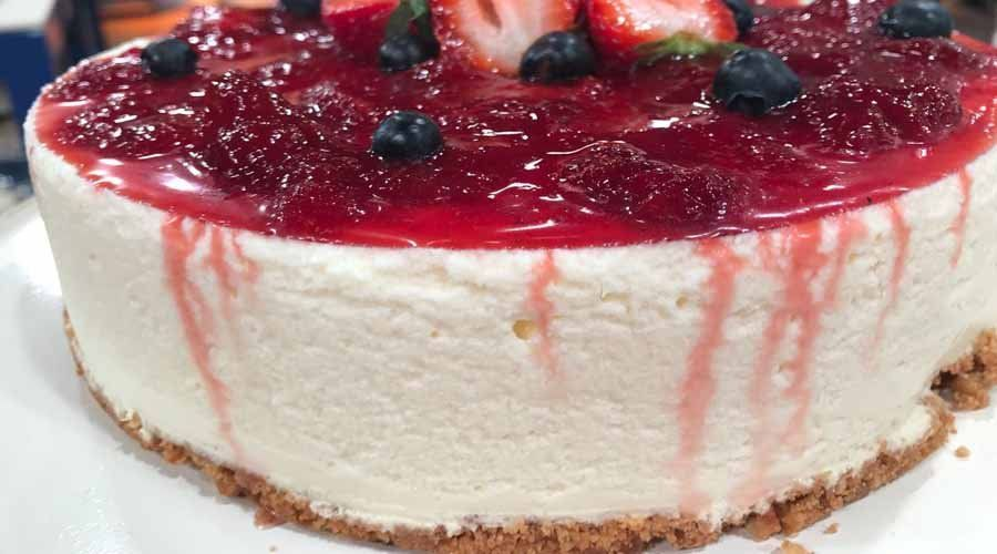 Cheesecake de yogur, coco y dulce de frutilla
