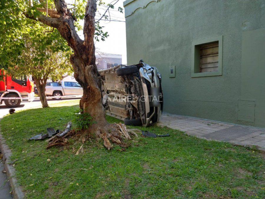 Impresionante accidente y vuelco en barrio Sargento Cabral