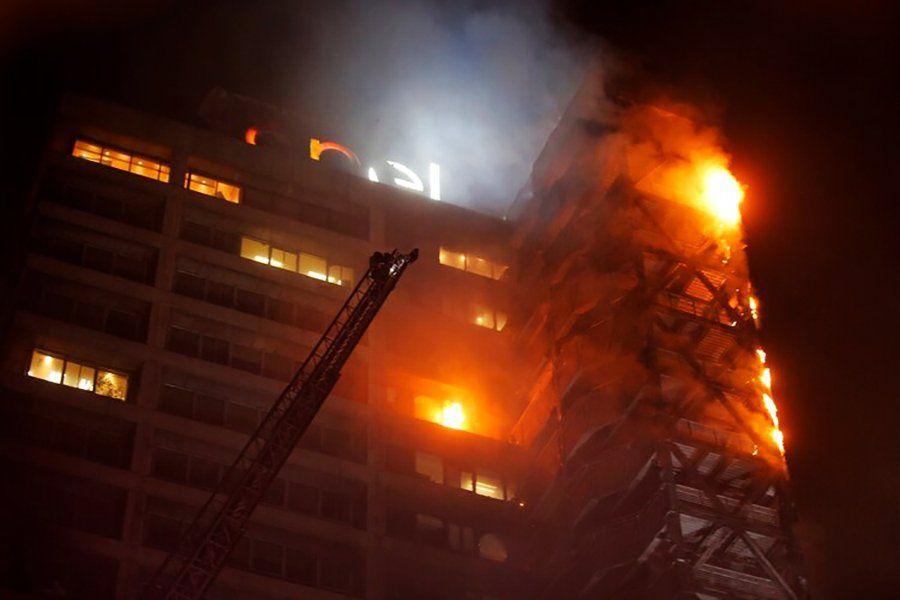 Incendios en Chile: impresionantes imágenes de un edificio de energía eléctrica ardiendo en llamas