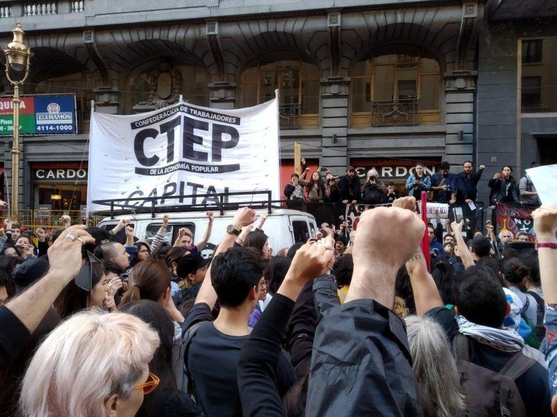Chilenos residentes en Argentina y grupos de izquierda protestaron ante el Consulado en Buenos Aires