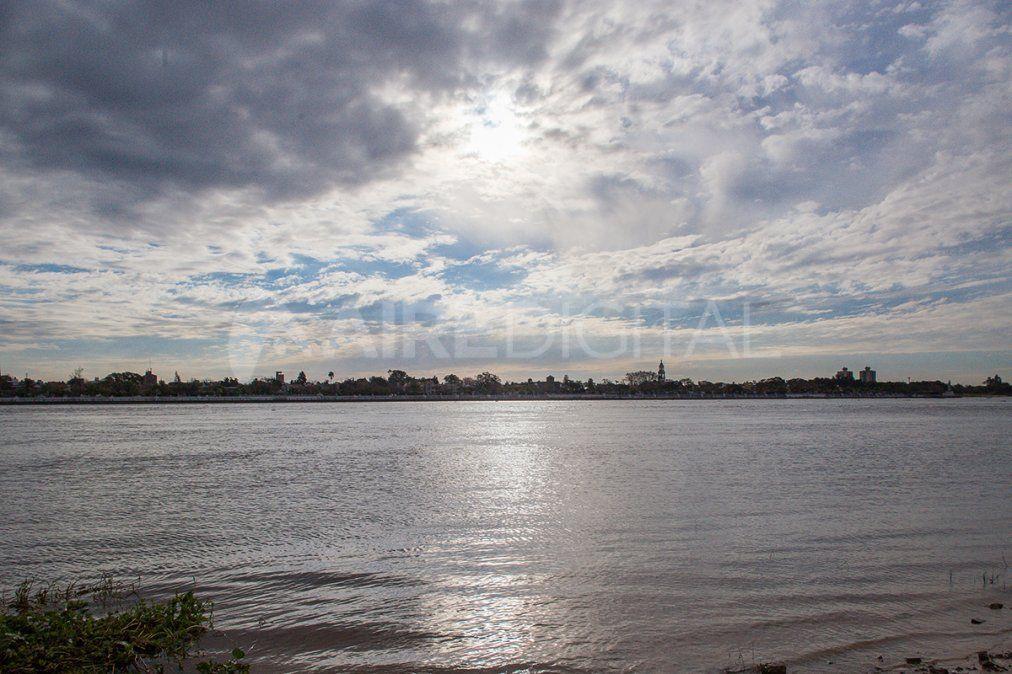 El cielo cubierto de nubes y la Laguna Setúbal.